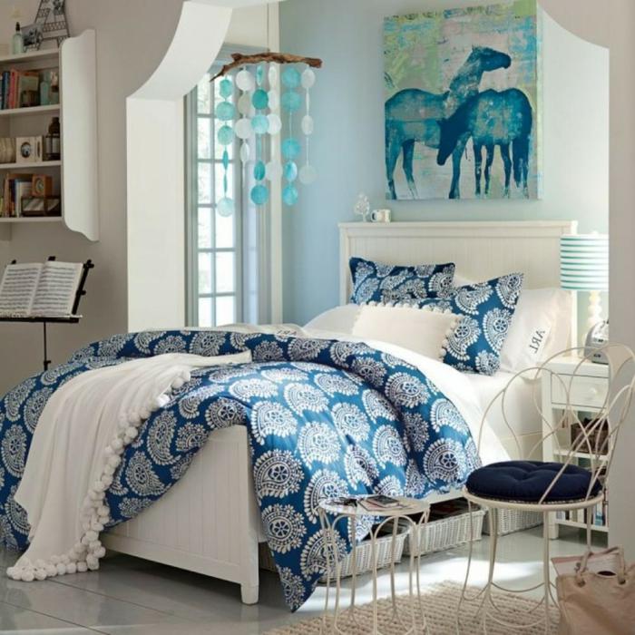 farbgestaltung-schlafzimmer-feng-shui-schlafzimmer-in-blau-bild-an-der-wand-ueber-dem-bett-weisser-boden-blauer-stuhl