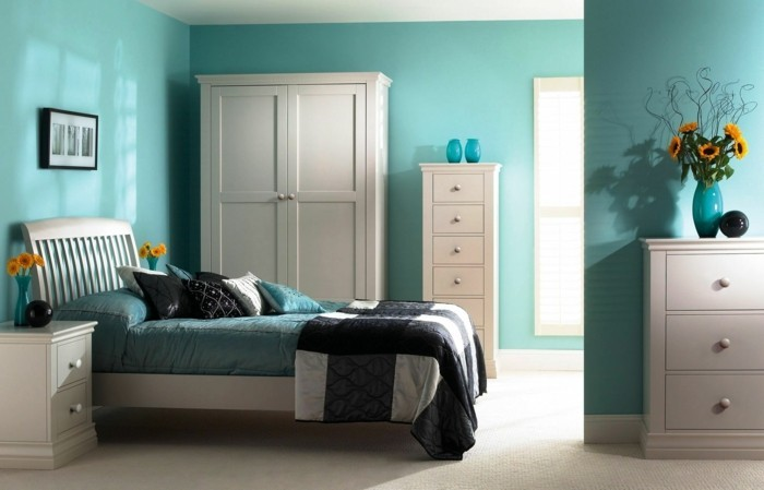 farbgestaltung-schlafzimmer-feng-shui-schlafzimmer-in-blauer-farbe-verschiedene-nuancen-von-blau-doppelbett-weisser-teppisch-weisser-schrank-blumenvase