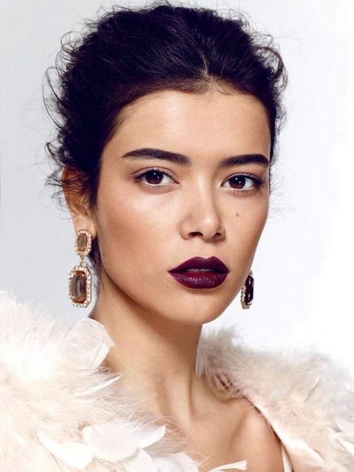 festliches-make-up-elegantes-look-rote-lippen-drama-look-feder-frisur