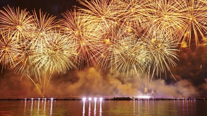feuerwerk-bilder-kostenlos-ueber-dem-fluss