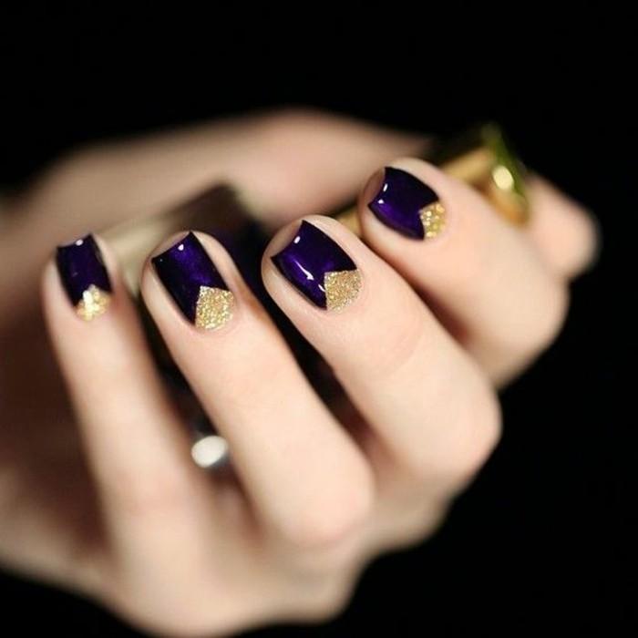 fingernageldesign-silvester-dunkellila-und-gold-nagellack-arm