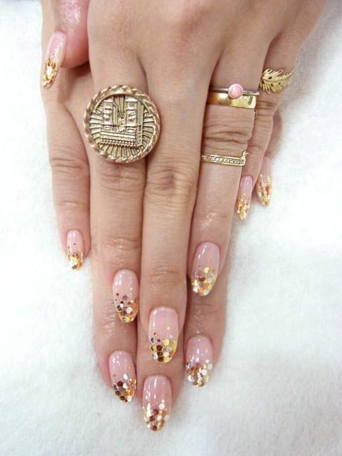 fingernageldesign-silvester-goldene-glitzer-french-nagel-groser-ring-arme