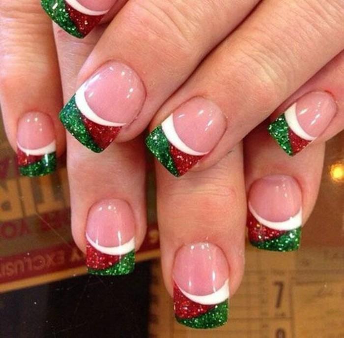 fingernageldesign-weihnachten-grun-rot-und-weis-finder-nagel