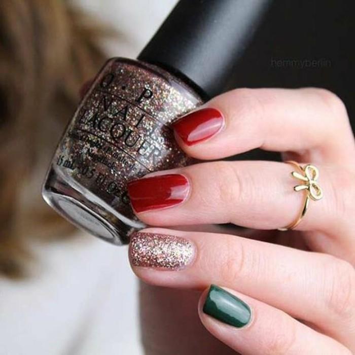 fingernageldesign-weihnachten-rot-gold-und-grun-nagellack-goldener-ring-schleife