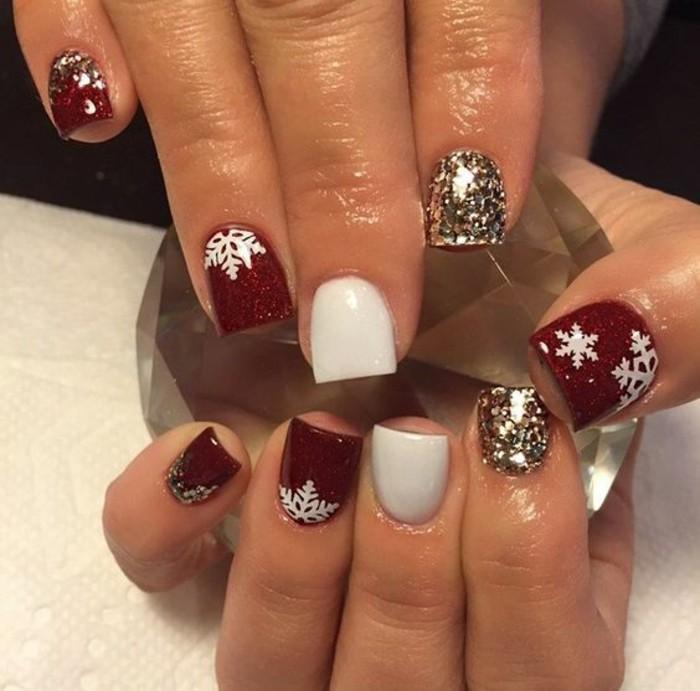 fingernageldesign-weihnachten-weis-rot-goldene-glitzer-schneeflocken