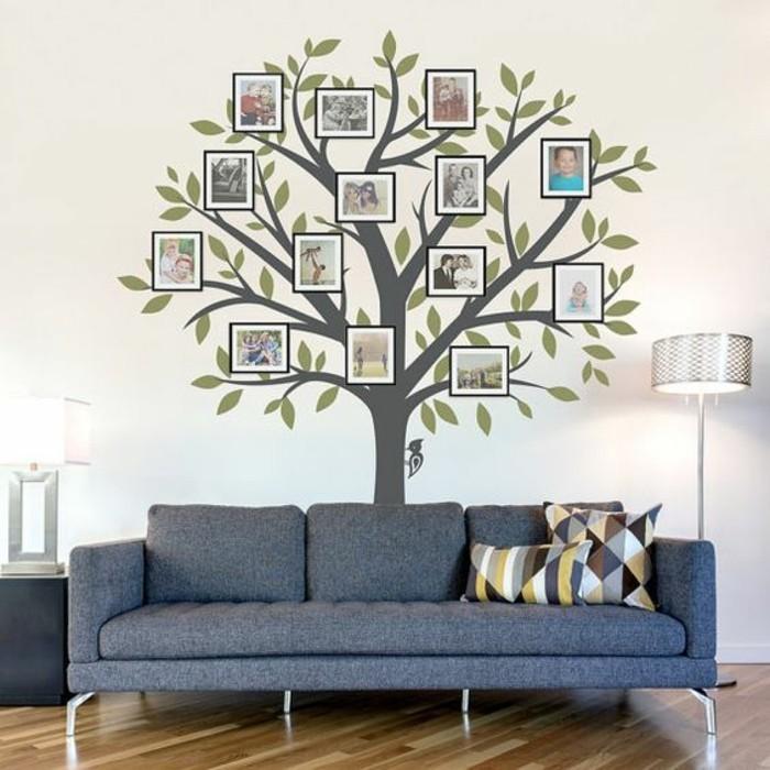 fotowand-ideen-familienbaum-aus-fotos-grauer-sofa-lampe