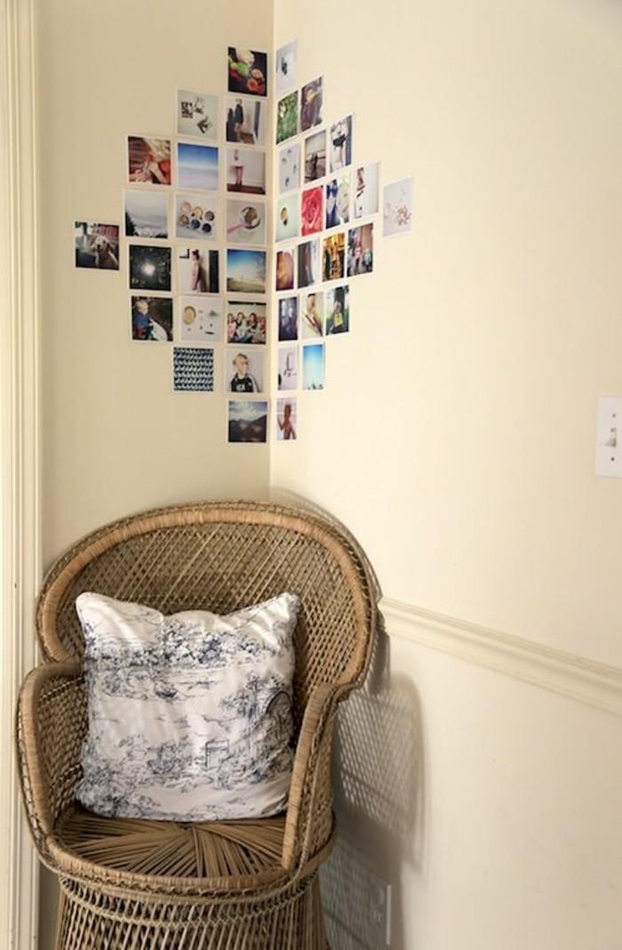 fotowand-ideen-familienfotos-stuhl-kisse-hellbraune-wand