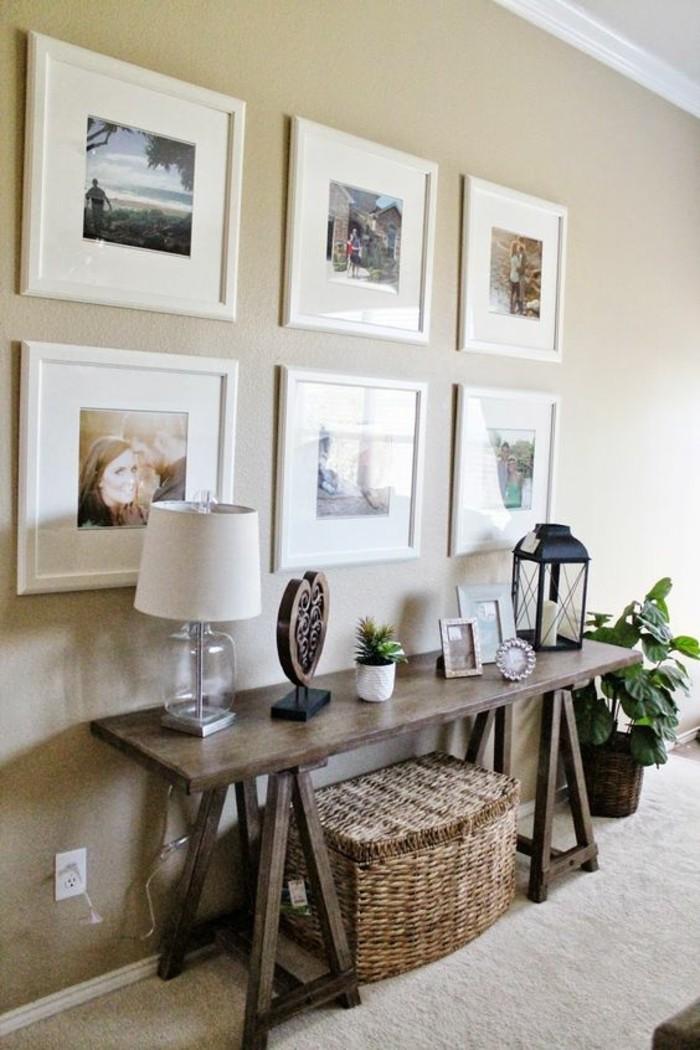 fotowand-ideen-fotos-mit-weisen-rahmen-lampe-pflanzen-holzerner-tisch