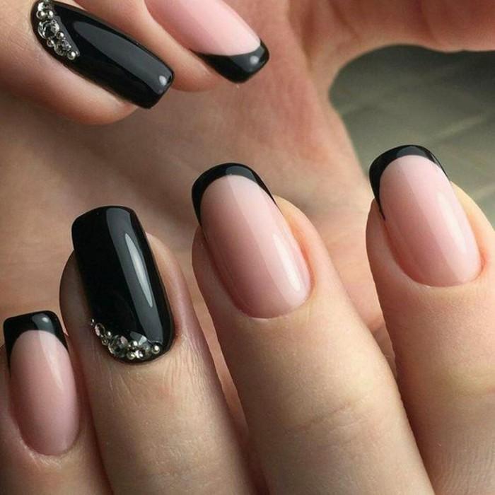 french-nagel-in-schwarz-mit-silbernen-strasssteinchen-silvester-festlich