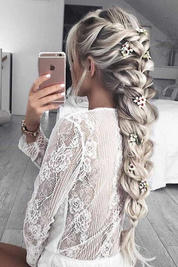 frisuren-damen-lange-blonde-haare-zopf-weise-blumen-weiser-kleid-handy-weiser-nagellack
