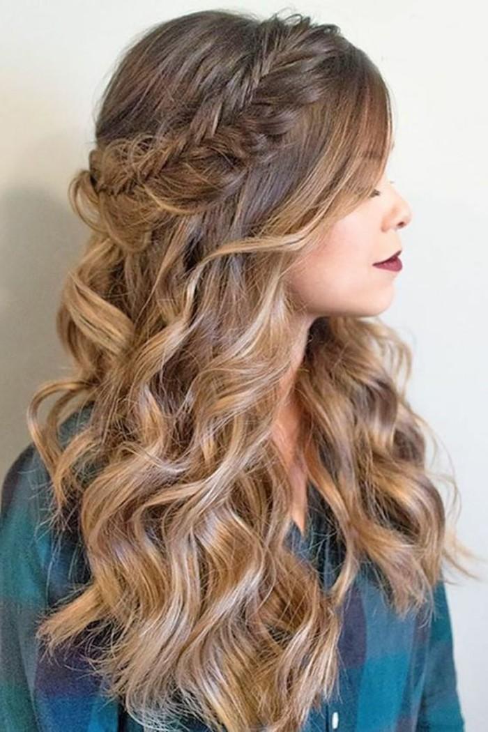 frisuren-damen-lockige-mittellange-haare-zopf-blaues-hemd-dukelroter-lippenstift