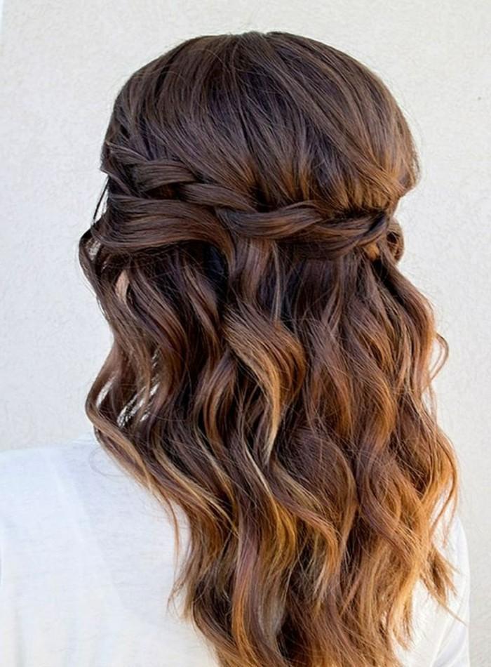 frisuren-damen-mittellange-braune-lockige-haare-zopf-weise-bluse-frau