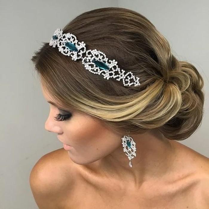 frisuren-frauen-blonde-haare-make-up-accessoire-ohrring-haarfrisur-hochsteckfrisur