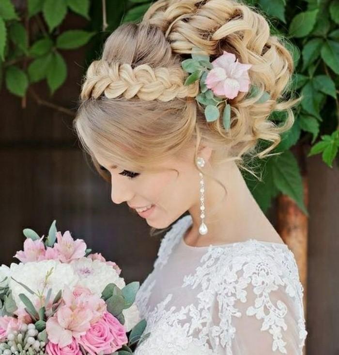 frisuren-frauen-blonde-lockige-haare-haarfrisur-blumen-zopf-weiser-kleid-hochzeit