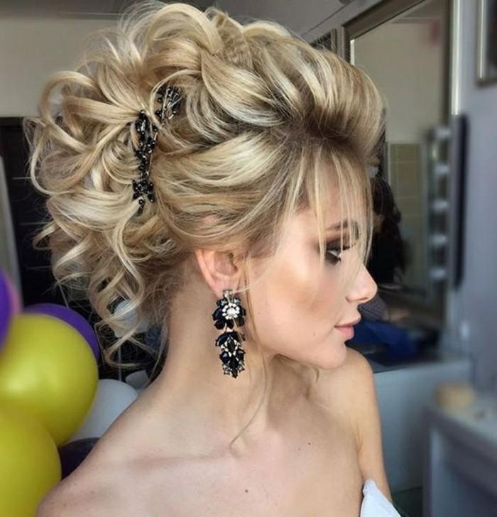 frisuren-frauen-blonde-lockige-haare-schwarze-ohrringe-accessoire-ballons