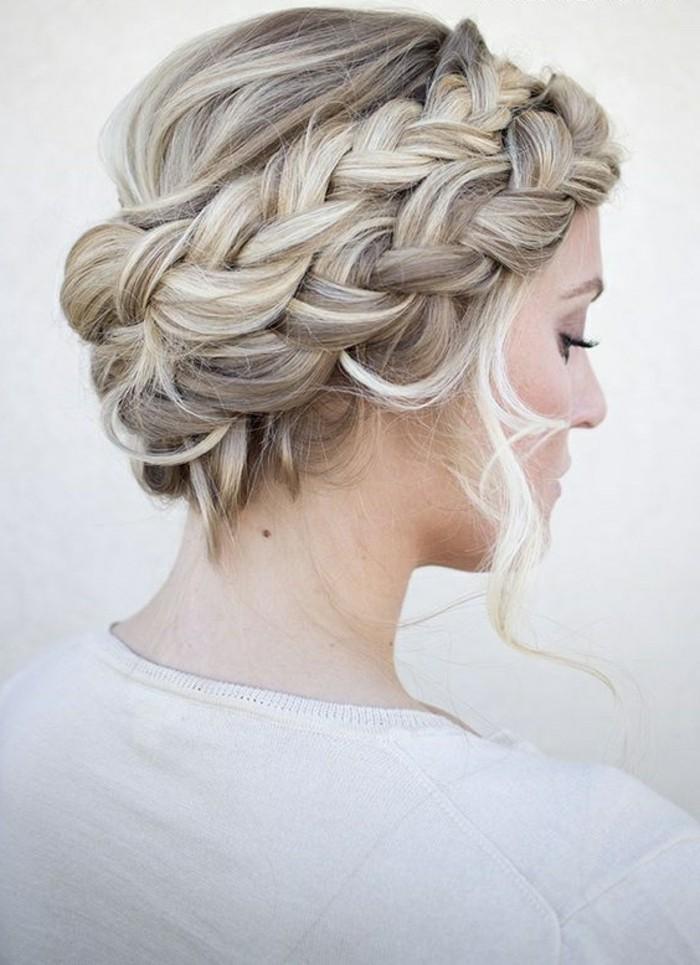 frisuren-frauen-blonde-lockige-haare-zopfe-dame-haarfrisur-weise-bluse