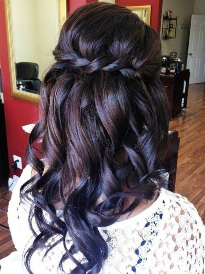 frisuren-frauen-dunkelbraune-lockige-schulterlange-haare-haarfrisur-weise-bluse
