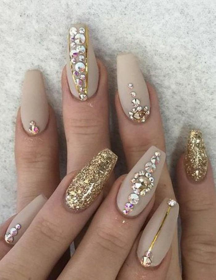 gelnagel-glitzer-strasssteinchen-beige-nagellack-goldener-brokat-silvester