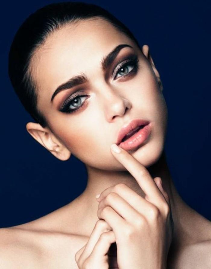 glamour-make-up-schone-model-finger-auf-der-lippe-lipgloss-augenbrauen-nackt