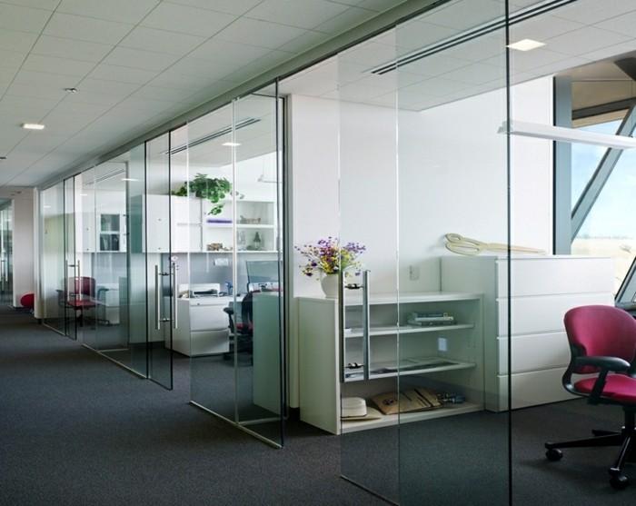 glasschiebetuer-im-buero-office-raumteiler-blumen-rosa-stuhl