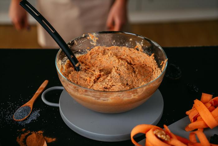 Alle Zutaten gut umrühren, Schritt für Schritt glutenfreien Karottenkuchen selber machen