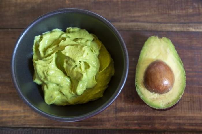 haarkur-selbstgemacht-avocado-paste-für-kraftiges-und-gesundes-haar