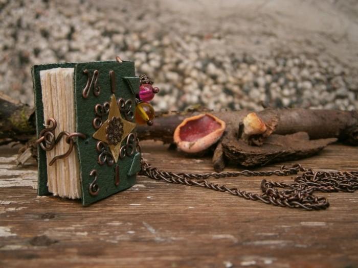 idee-zum-thema-ein-steampunk-mini-buch-selbst-basteln-mit-einem-kettchen