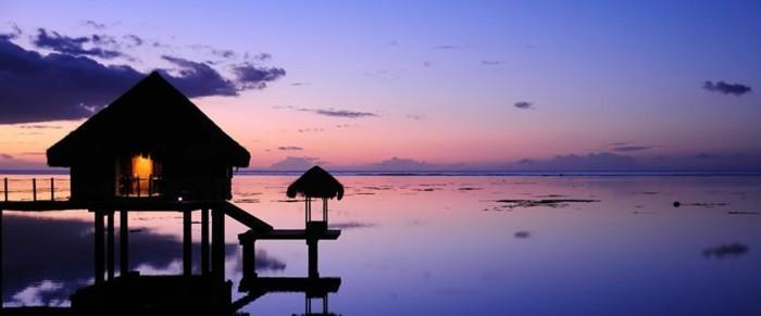 insel-bora-bora-sonnenausgang-lila-violet-rosa-orange-farben-am-himmel-haus-dunkel-schön