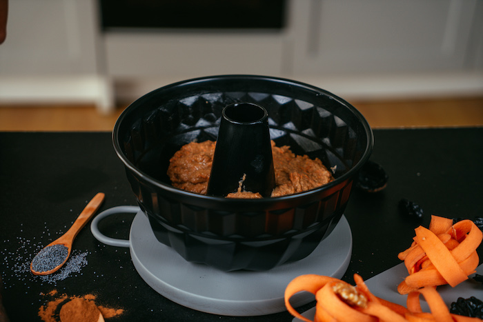 Die Masse in eine Kuchenform füllen und bei 180 Grad 35/40 Minuten backen