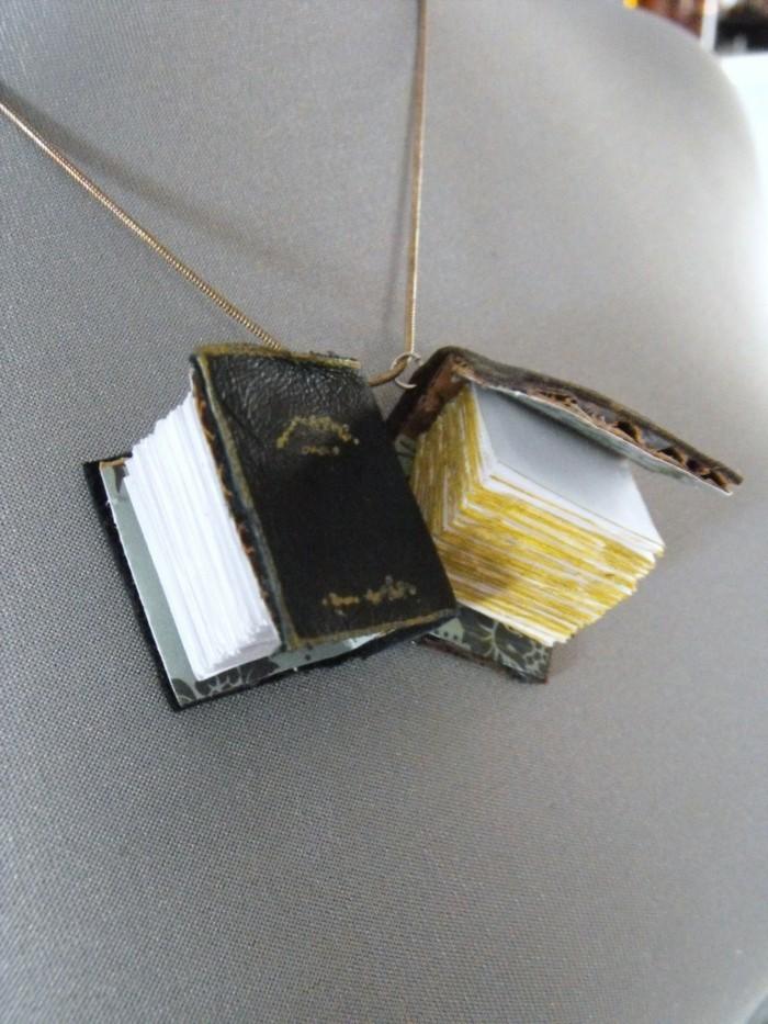 kettchen-mit-zwei-ausgefallenen-mini-buechern