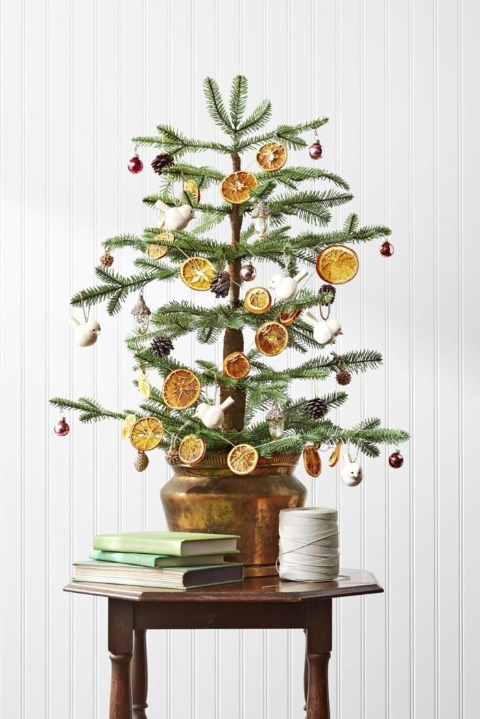 kleinen weihnachtsbaum dekorieren mit orangenscheiben kleinen zapfen und kugeln winterdeko basteln