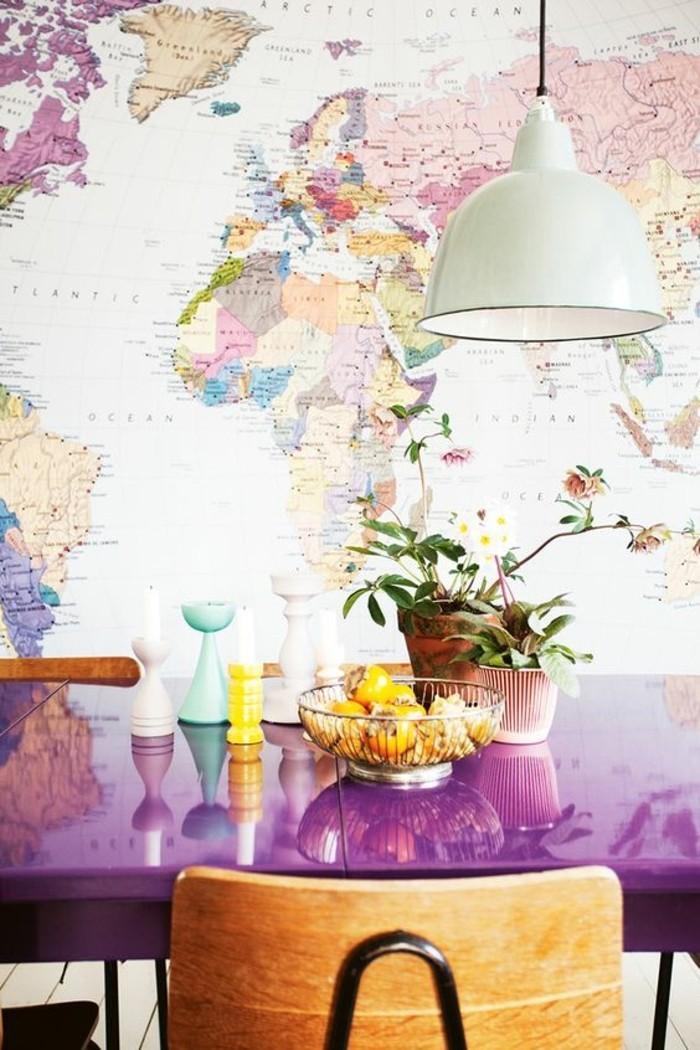 kreative-wandgestaltung-erdteilen-lila-tisch-stuhl-lampe-kuche-blumen