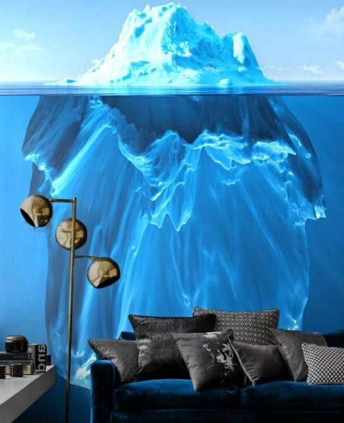 kreative-wandgestaltung-fototapete-eisberg-wasser-wohzimmer-blauer-sofa-graue-dekokissen