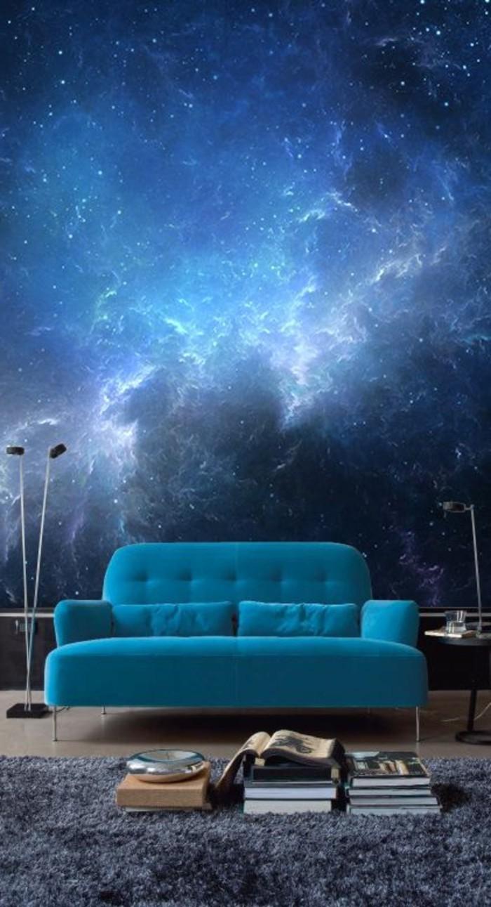 kreative-wandgestaltung-fototapete-kosmus-blauer-sofa-bucher-teppich