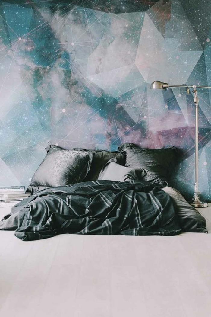 kreative-wandgestaltung-weltall-schlafzimmer-lampe-kissen-fototapete