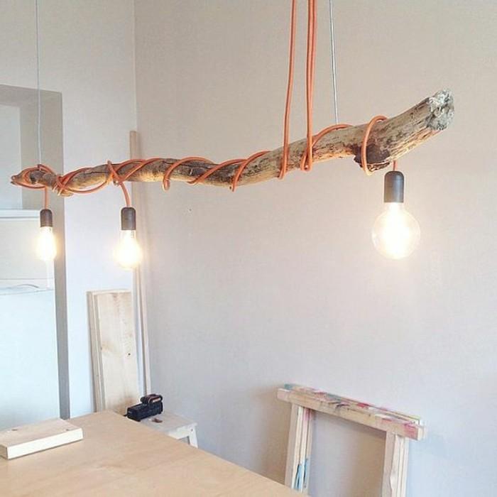 lampe-basteln-ast-gluhbirnen-orange-kabeln-holzerner-tisch