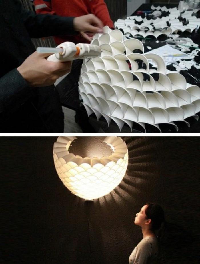 lampe-basteln-aus-plastik-beleuchtung-schwarzer-tisch-kleber