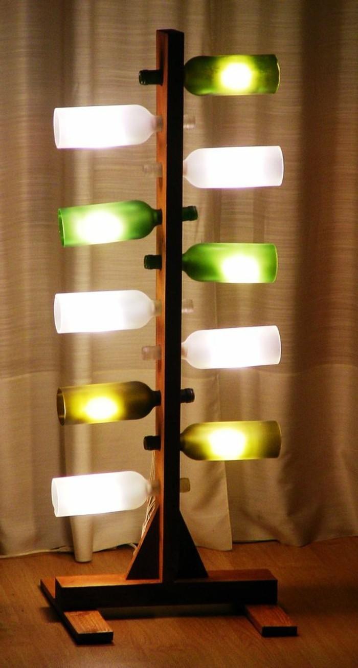 lampe-basteln-aus-weinflaschen-und-holz-stehlampe