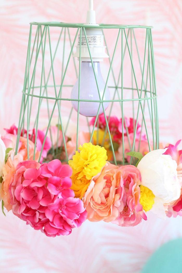 lampen selber machen schritt für schritt lampenschirm aus mülleimer und bunten kunstblumen einfache bastelanleitung