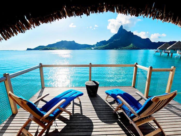urlaub bora bora erlebnisse zum genießen zwei liegestühle auf der veranda terrasse mit blick nach dem ozean
