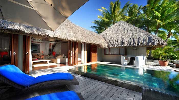 le meridien hotel luxus erlebnisse auf insel bora bora liegestühle pool im hotelzimmer