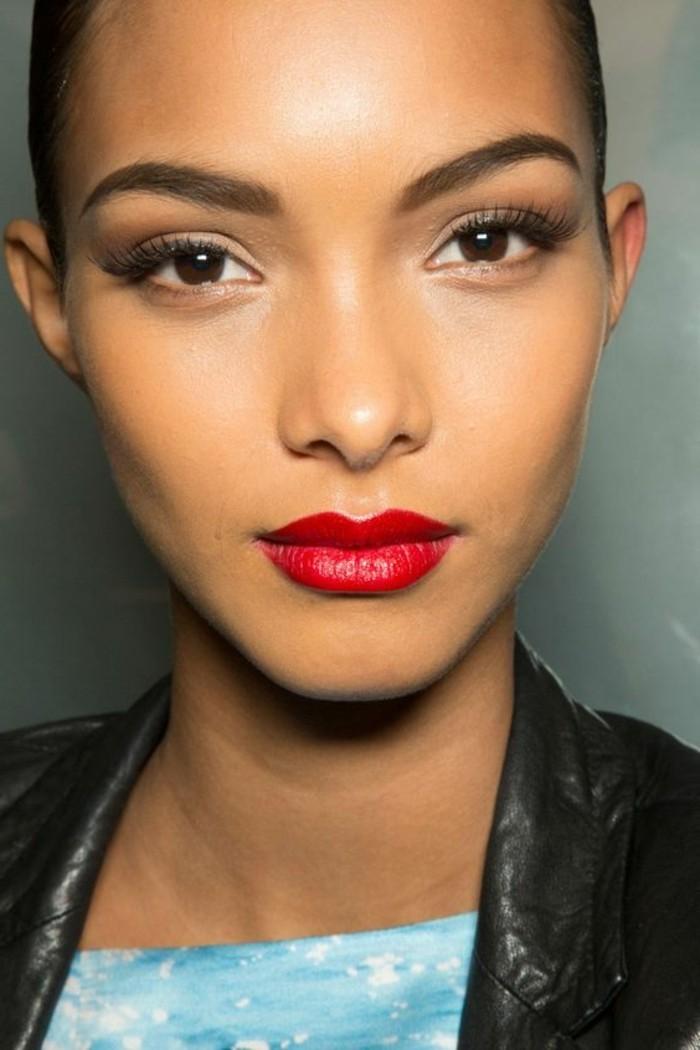 make-up-anleitung-klare-konturen-form-gesicht-lipgloss-rote-lippen-simpel-makeup