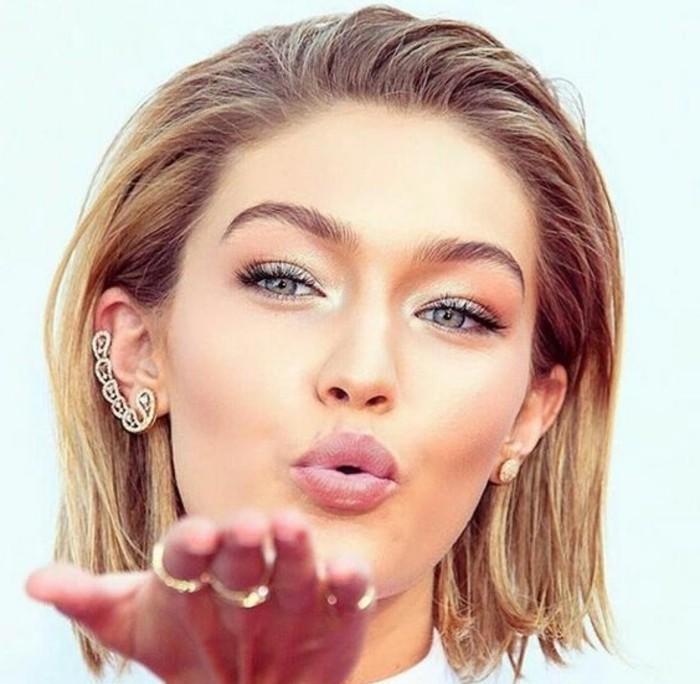 make-up-anleitung-kurze-blonde-haare-schminke-makeup-gigi-hadid-kuss