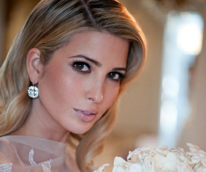 make-up-hochzeit-braut-mit-blondem-haar-puderrouge-akzent-auf-augen-schwarze-lidschatten-lidstrich-stiftschoenheit