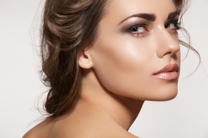 schöne-frau-mit-dezentem-make-up-braut-make-up-für-die-hochzeit-stilvoll-aussehen