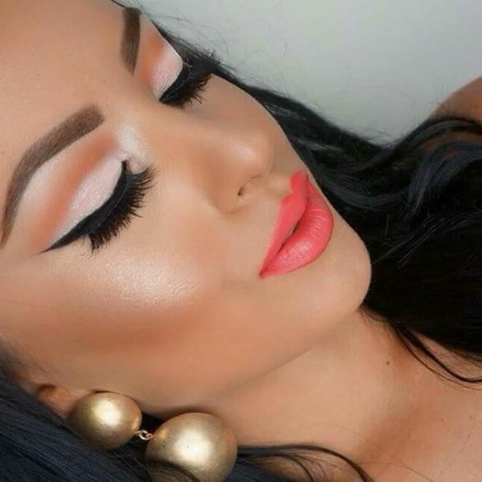 make-up-ideen-krasse-farbe-lipgloss-lidstrich-goldene-ohrringe-gross-model-perlen-look