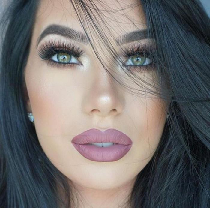 make-up-tutorials-voluminos-look-stil-volle-lippen-lila-farbe-kuenstliche-wimpern