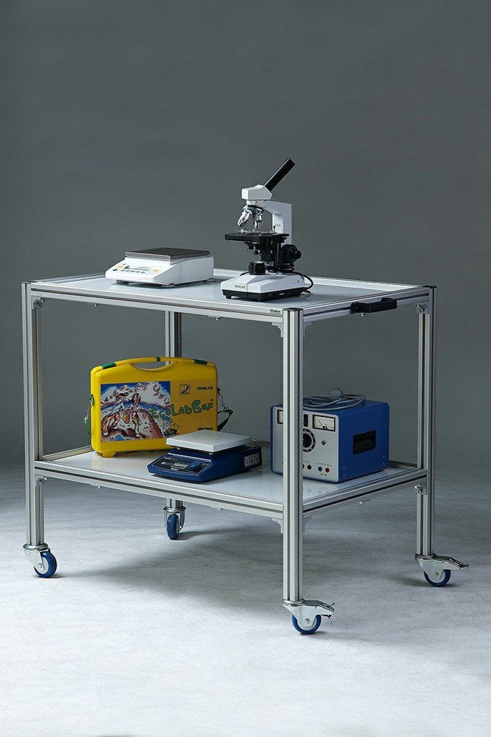 metaller Labortisch auf Rollen, Mikroskop, Mikroskopzübehör, elekronische Wiege