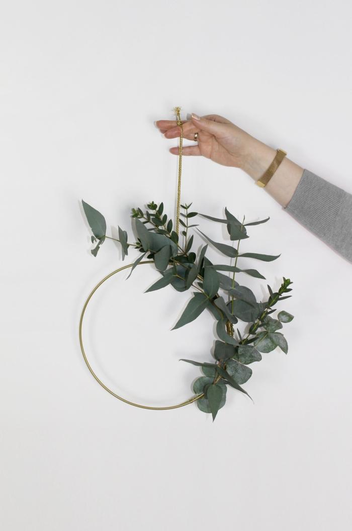 minimalistische deko ideen bastelideen für weihnachten zum verschenken kranz mit eukalyptus hand hält kranz