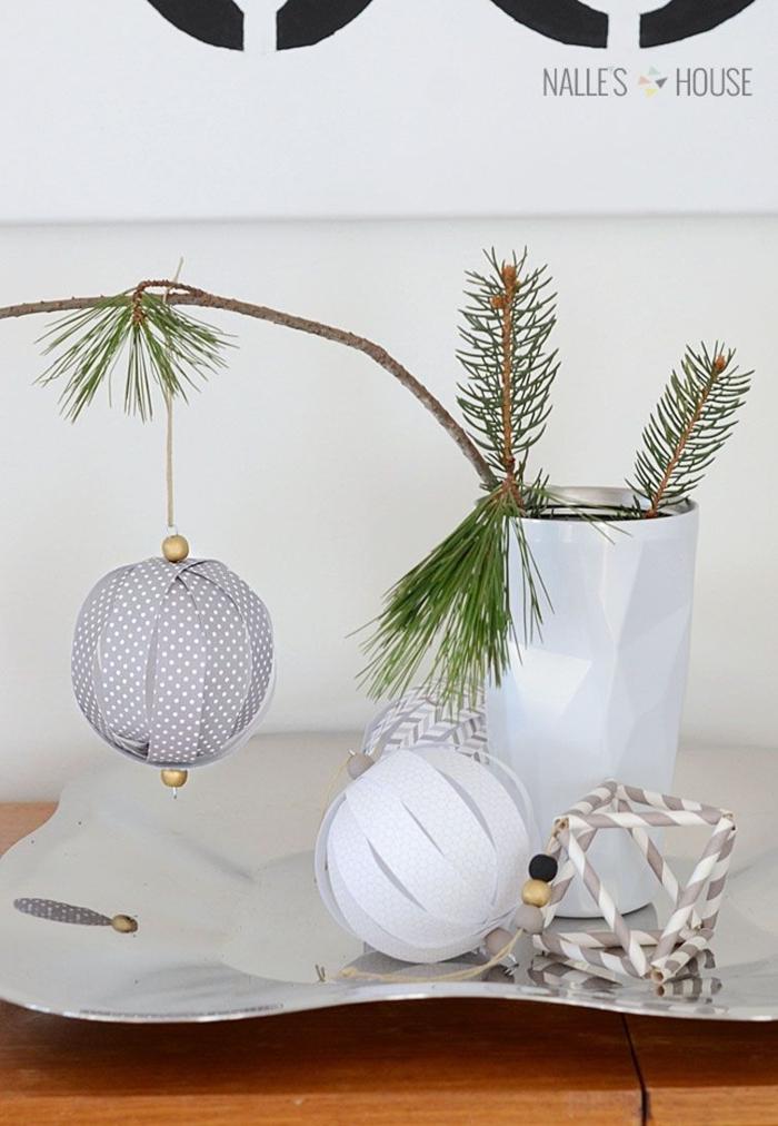 minimalistische dekoration weihnachtskugeln basteln weihnachten papier vase mit tannenzweigen